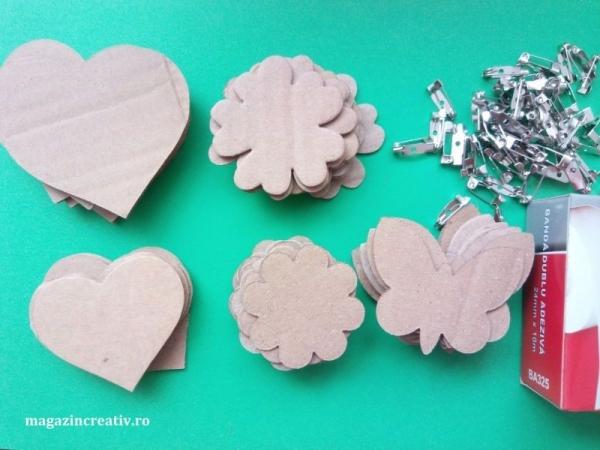 Set confecţionare 65 de broşe din carton reciclat